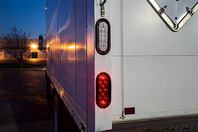 Đèn hậu xe tải giúp người lái sau xác định được vị trí, kích thước xe tải